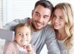 Boldog családi fotó? Az internetezők rémisztő dolgot láttak meg a képen