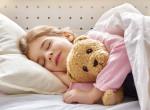 Nem akar felkelni? 5 módszer, amivel kiugraszthatod a gyereket az ágyból