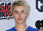 Justin Bieber magassarkúban és sztreccs farmerben jampizik!