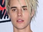 Justin Bieber a nyílt utcán nyalta-falta dögös barátnőjét - Videó