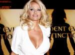 Bréking: Pamela Anderson titokban férjhez ment testőréhez, akivel a karantén alatt estek szerelembe