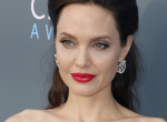 Hatalmasat villantott Angelina Jolie Párizsban - Fotók