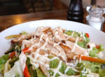 Kéksajtos-áfonyás csirkesaláta: A tökéletes előétel