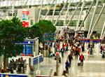 Hihetetlen: kézzel írt táblán lehet olvasni a járatokról a brit reptéren