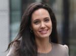 Melltartó nélkül érkezett az érsekhez Angelina Jolie – Kínos fotók