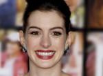 Végre megnövesztette fiús haját Anne Hathaway: Gyönyörű az új frizurája