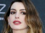 Nem véletlenül takargatta magát Anne Hathaway a MET-gálán