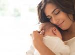 Furcsa foltot talált az anya a babája szájában: Rémes, mi volt az valójában