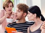 Bizarr családi szokás - A férfi erre kérte édesanyját, felesége helyett