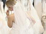 Furcsa díszítésű esküvői ruhát választott a nő, szétszedték őt a netezők