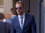 Ez a jóképű üzletember minden nap tűsarkúban jár dolgozni - Videó