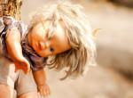 Hátborzongató: Egy sziget, ahol több száz játékbaba lóg a fákon – Bizarr oka van