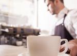 A kávézó dolgozója minden határt átlépett, így kiosztotta a vendégét