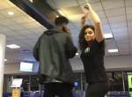 A reptéren ragadt éjszakára, hatalmas poént csinált belőle - Videó