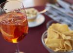 Rossz hír a nassolóknak: Ismét drágulhat a chips, az üdítő és az alkohol