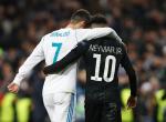 Félmeztelenül esett egymásnak a világ két legjobb focistája – Videó