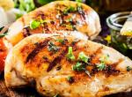 Pirított csirkemell füstölt sajt mártással: a tökéletes vasárnapi ebéd 30 perc alatt