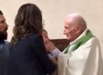 Felháborító! Megbocsáthatatlan dolgot tett egy csecsemővel ez a pap - videó