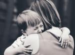 Szívszorító pillanatok: 32 év után találkozott elrabolt gyermekével az anyuka - Videó