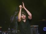 Nem tudta lerázni - Őrült rajongó vetette rá magát Enrique Iglesiasra