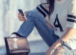 A divat nem ismer határokat: Itt a ruhára szerelhető telefontartó