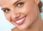 Így lehetnek fehér fogaid házilag – A sztárok erre esküdnek