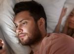 Éjszaka is a telefonját nyomkodja a pasid? Ezért érdemes gyorsan lebeszélned róla