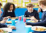 Meglepő! Ezt adják ebédre a gyerekeknek az iskolában szerte a nagyvilágban