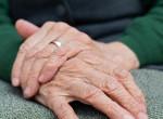 Gyűrű szorult az idős nő ujjára, így operálták le róla a tűzoltók - Videó