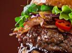 Ezek megőrültek: Másfél kilós hamburgerrel sokkolnak egy kocsmában!