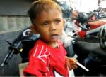Még nincs 3 éves, de már láncdohányos ez a kisfiú