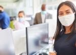 A távolságtartásra figyelmeztető riasztóval szerelné fel dolgozóit egy vállalat