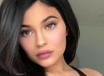 Kiakadtak a rajongók: Kylie Jenner lepasszolta a babáját, mert bulizni ment