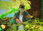 Justin Bieber két új dallal debütál a tinigálán, ahol zöld trutyival öntik le
