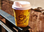 Kávét rendelt a fiatal lány, döbbenetes üzenetet vett észre a papírpoháron