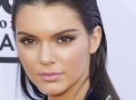 Kendall Jenner egy szál törölközőben mutatta meg magát