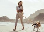 Bizarr jelmezekben sétáltatja kutyáját a nő - Az eb is kap a kosztümökből