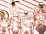Nem a nyakon a leghatásosabb: Tartósabb lesz a parfümöd, ha erre a 4 helyre fújod
