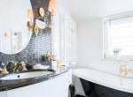 Luxust varázsol az átlagos fürdőszobákból, ha ezekkel a színnekkel fested ki