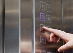 Ez a férfi gyanútlanul beszállt a liftbe, majd halálra dermedt a rémülettől
