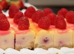 Hűsítő sütire vágysz és van egy órád? Süsd meg ezt a joghurtos-málnás kockát!