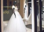Ez a menyasszonyi ruha üzlet mindenkit sokkolt, aki elhaladt a kirakat előtt – fotók