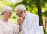 A lezárt határon randizik az idős szerelmespár, akiket elszakított egymástól a vírus