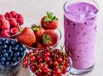 Mennyei piros bogyós smoothie – áfonyával, eperrel, málnával és ribizlivel