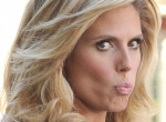 Heidi Klum szájon csókolta kolléganőjét a Golden Globe-on - Videó