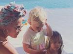 """""""Betegek vagytok"""" - Szétszedték Pinket a netezők családi fotója miatt"""