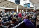 Napokig a reptéren vesztegelt egy édesanya három gyermekével – Felháborító, hogy miért