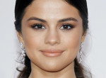 Selena Gomez kipróbálta a göndör frizurát, senki sem ismerte fel - Fotók