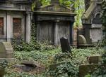 Művészi vagy hátborzongató? Nem hiszed el, mit csinált a régi sírkövekkel az író