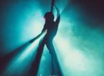 A hónap videója: önfeledten táncolt a csaj, amikor lidérces árny suhant át mögötte